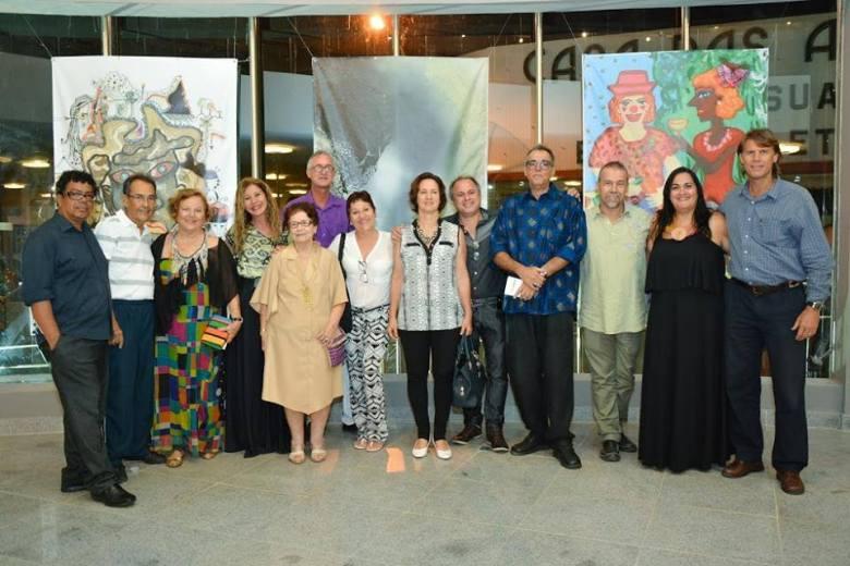 Parte dos artistas que estão presentes na Amostra, os curadores  Viviani Duarte e Rosivaldo Reis, o fotografo Pablo De Luca e representantes da Secult. Crédito da imagem: Divulgação