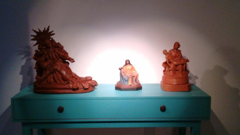 Esculturas sacras também estão presentes na mostra.
