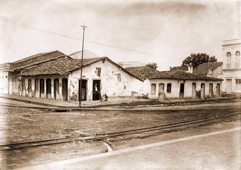 Local em que vai ser construída a Intendência em 1910. Ao fundo o prédio da Guarda Civil.