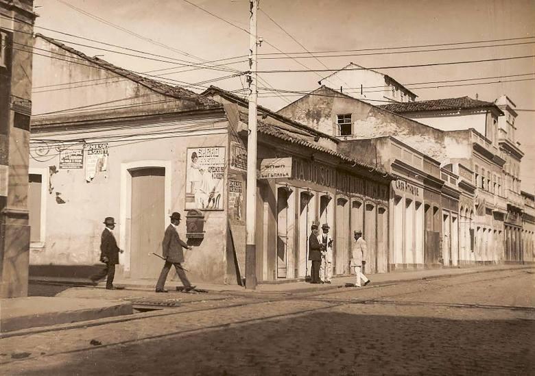 Porta do Sol, de Cesar Pinto & Cia, bar, lanchonete e restaurante na Rua do Comércio, 105, esquina com o Beco São José. Provavelmente na Maceió da década de 30.