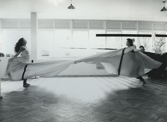 Martha-Araujo_-Experiencia-com-obra_Roupa-Siam--s_1984_fotografia-de-Miriam-Prado
