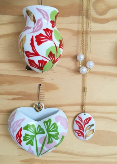 Colar e broche de porcelana | Foto: Acervo da Artista