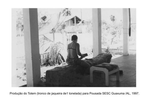 Entalhando o Totem para Sesc Guaxuma (1997) | Foto: Acervo da artista