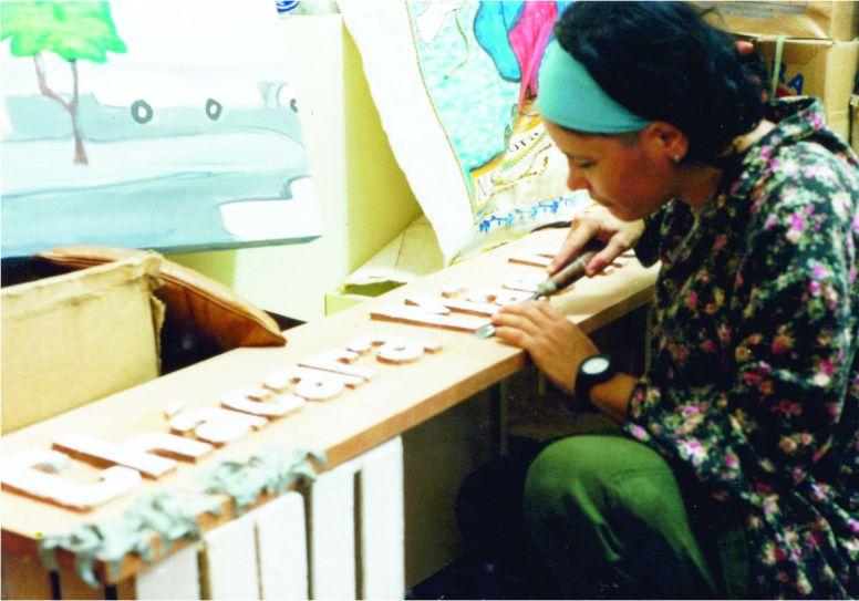 Maracajá entalhando parede B | Foto: Acervo da artista