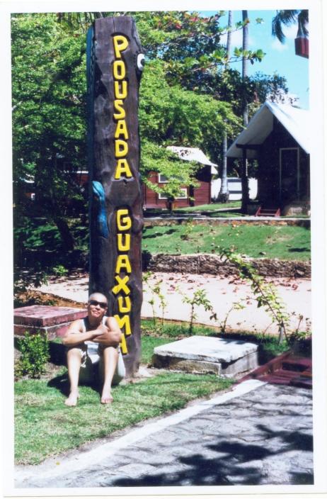Maracajá no totem que ela entalhou para o Sesc Guaxuma (2004) | Foto: Acervo da artista