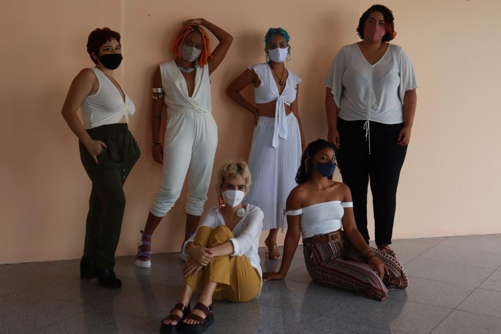 Artistas Oriana, Marina, Júlia, Yasmin, Nayô e Amanda, da exposição Desaguar e Identidade | Foto: Leonardo Acioli